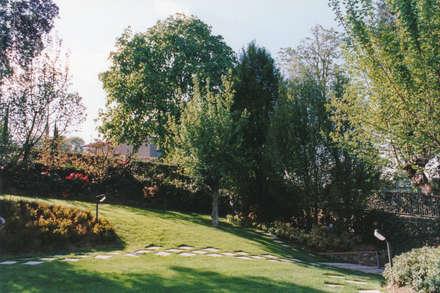 Villa nelle colline di Santa Maria delle Grazie: Giardino anteriore in stile  di Morelli & Ruggeri Architetti
