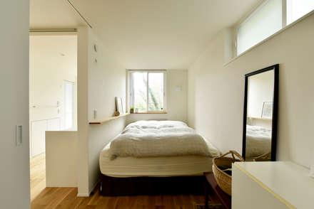 必要最低限の寝室空間: タイコーアーキテクトが手掛けた寝室です。