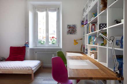 AM Family Flat: Cameretta in stile  di Filippo Colombetti, Architetto