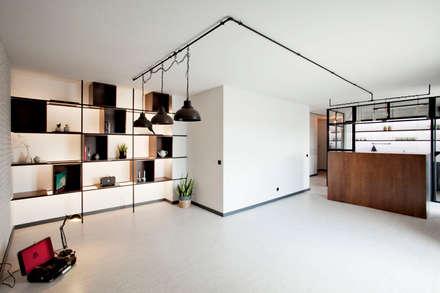 Apartamento EL.P - Remodelação: Salas de estar industriais por A2OFFICE