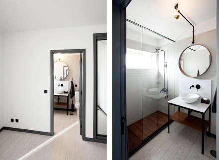 Apartamento EL.P - Remodelação: Casas de banho industriais por A2OFFICE