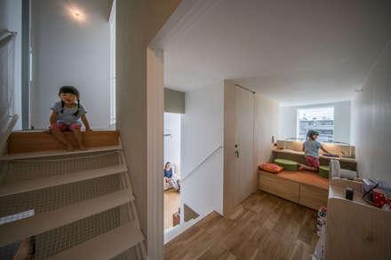 子供用のワークスペース: KEITARO MUTO ARCHITECTSが手掛けた書斎です。