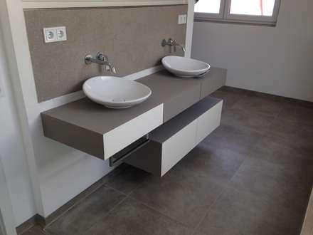 Waschtisch weiß lackiert/ betongespachtelt inkl. Spiegelschrank: moderne Badezimmer von GERBER Ingenieure GmbH