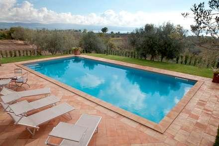 Villa Privata: Piscina in stile in stile Classico di Cotto Antiqua