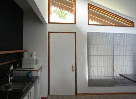 Refugio M-1, Pucón : Ventanas de madera de estilo  por Casabella