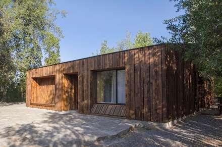 Casa envuelta en madera: Casas de campo de estilo  por Crescente Böhme Arquitectos