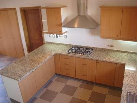 Stone House-. 210m2- Padre Hurtado: Muebles de cocinas de estilo  por Casabella