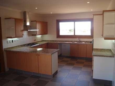 Stone House-. 210m2- Padre Hurtado: Cocinas equipadas de estilo  por Casabella