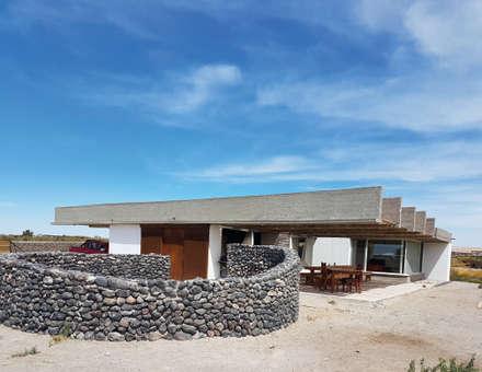CASA DE LA PIEDRA CHIU-CHIU, II REGIÓN DE ANTOFAGASTA: Casas ecológicas de estilo  por RH+ ARQUITECTOS