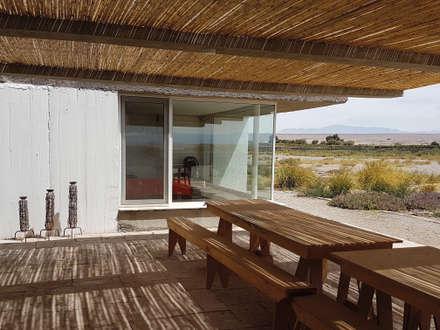 CASA DE LA PIEDRA CHIU-CHIU, II REGIÓN DE ANTOFAGASTA: Terrazas  de estilo  por RH+ ARQUITECTOS