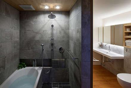ホテルライクなバスルーム: 根來宏典建築研究所が手掛けた浴室です。