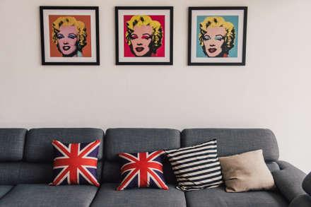 Vintage Modern: minimalistic Living room by J Hous Studio