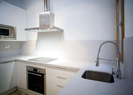 Equipamiento de cocina: Cocinas integrales de estilo  de Grupo Inventia