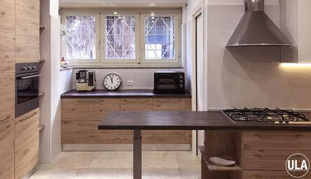 DOM: Cucina attrezzata in stile  di ULA architects
