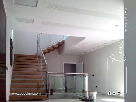 Chalet: Escaleras de estilo  de Coccolarvi