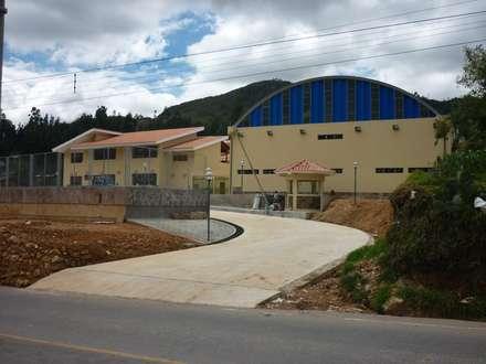 Conafovicer Nucleo Deportivo: Salas de entretenimiento de estilo rústico por ELCICSA