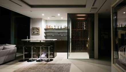 高輪台 建築家志望だった施主と協働して理想の住まいどくり House in Urban Setting 01: JWA,Jun Watanabe & Associatesが手掛けたワインセラーです。