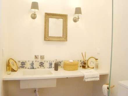 Casa da Ribeira: Casas de banho rústicas por CF Arquitectura e Design