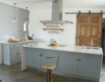 Casa da Ribeira: Cozinhas rústicas por CF Arquitectura e Design