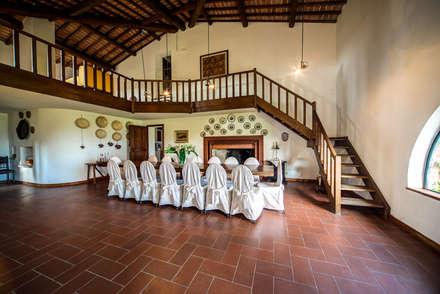 la sala da pranzo: Sala da pranzo in stile in stile Rustico di Morelli & Ruggeri Architetti