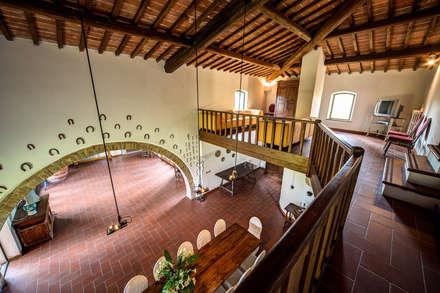 il doppio volume : Sala da pranzo in stile in stile Rustico di Morelli & Ruggeri Architetti
