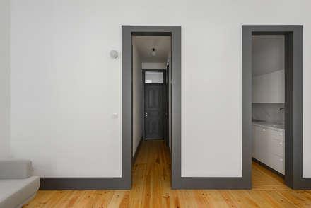 Graça: Corredores e halls de entrada  por arriba architects