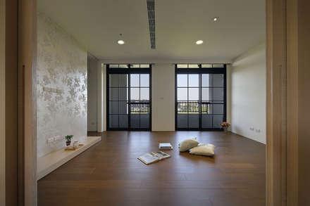 Closets de estilo  por 夏川空間設計工作室