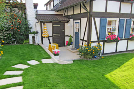 Casetta da giardino in stile  di RAUCH Gaten- und Landschaftsbau GbR