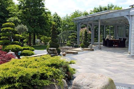 Eine Gartenanlage, verschiedene Gartenstile.:  Terrasse von RAUCH Gaten- und Landschaftsbau GbR