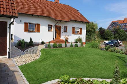 Jardines delanteros de estilo  de RAUCH Gaten- und Landschaftsbau GbR