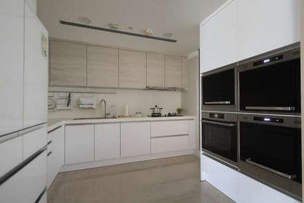 <大樓-3+1房2廳>度假感住宅 貼心三代機能需求:  廚房 by 夏川空間設計工作室