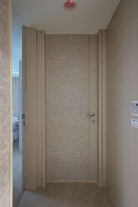 <大樓-3+1房2廳>度假感住宅 貼心三代機能需求:  門 by 夏川空間設計工作室