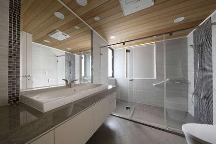 <大樓-3+1房2廳>度假感住宅 貼心三代機能需求:  浴室 by 夏川空間設計工作室