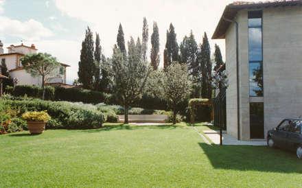 il giardino: Giardino anteriore in stile  di Morelli & Ruggeri Architetti