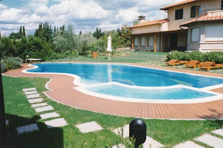 la piscina a sfioro: Piscina a sfioro in stile  di Morelli & Ruggeri Architetti