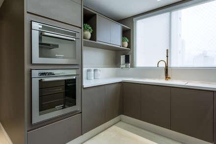 Cozinha: Cozinhas modernas por Flávia Kloss Arquitetura de Interiores