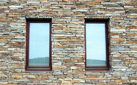 Fassade detail - Modern Rustic: rustikale Häuser von Tschechische Steinmetze