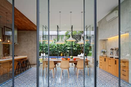 tropical Dining room by Tamara Wibowo Architects