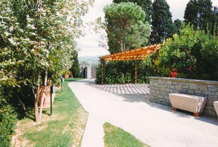 parcheggio coperto esterno per gli ospiti: Posto auto coperto in stile  di Morelli & Ruggeri Architetti
