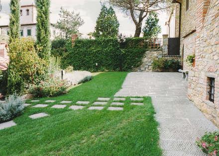 Jardines de estilo rústico por Morelli & Ruggeri Architetti