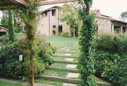 Front garden by Morelli & Ruggeri Architetti