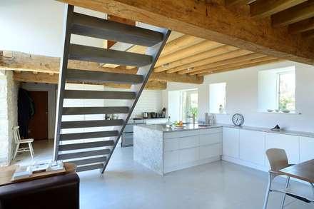 Barn Conversion - kitchen: minimalistic Kitchen by O2i Design ltd