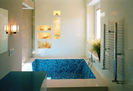 Elle shaped house: Bagno in stile in stile Moderno di officinaleonardo