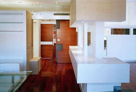 Elle shaped house: Porte in legno in stile  di officinaleonardo