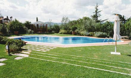 L'accesso alla piscina dalla Villa: Piscina a sfioro in stile  di Morelli & Ruggeri Architetti