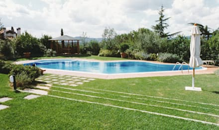 Piscinas desbordantes de estilo  por Morelli & Ruggeri Architetti