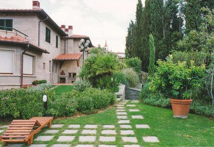 Jardines frontales de estilo  por Morelli & Ruggeri Architetti