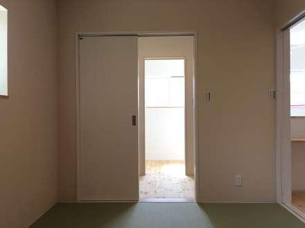 『キッチンを囲む家』: CAF垂井俊郎建築設計事務所が手掛けたサンルームです。