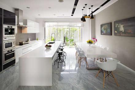 Một khu vườn đẹp kết hợp với căn bếp tiện nghi sang trọng.:  Phòng ăn by Công ty TNHH Xây Dựng TM DV Song Phát