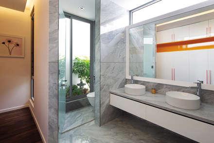 Phòng vệ sinh mở ra một khoảng vườn nhỏ.:  Phòng tắm by Công ty TNHH Xây Dựng TM DV Song Phát